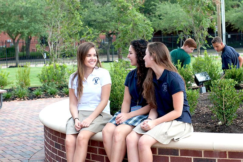 Три девочки-школьницы в США обсуждают учебу