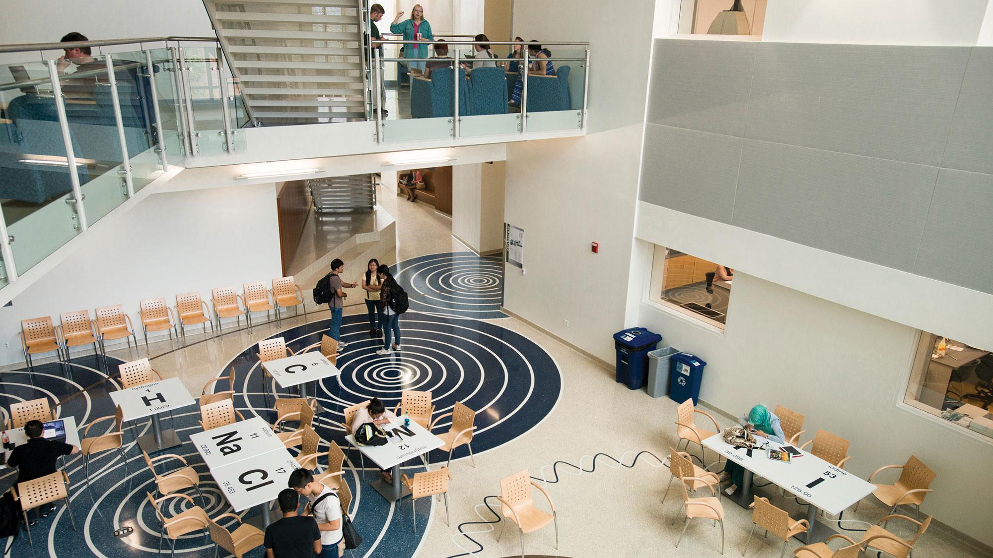 Вид згори на коридор в університеті США