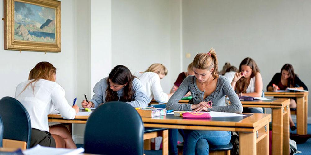 Студенты занимаются в библиотеке