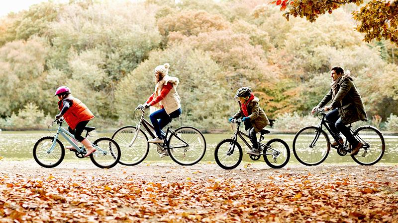 Двое взрослых и дети-школьники из Украины катаются на велосипедах