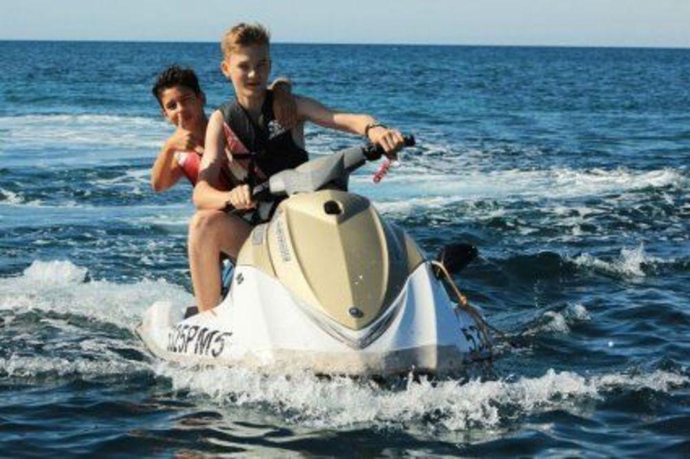 дети на скутере на каникулах в Португалии