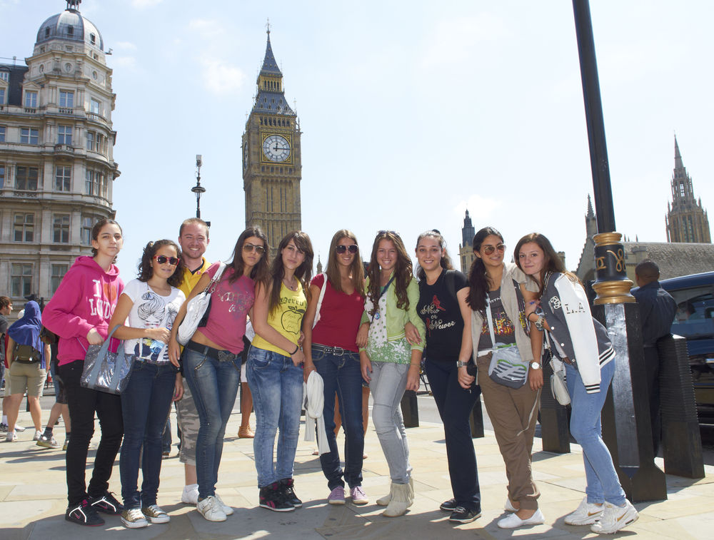 студенты около Биг-Бена на каникулах в Англии