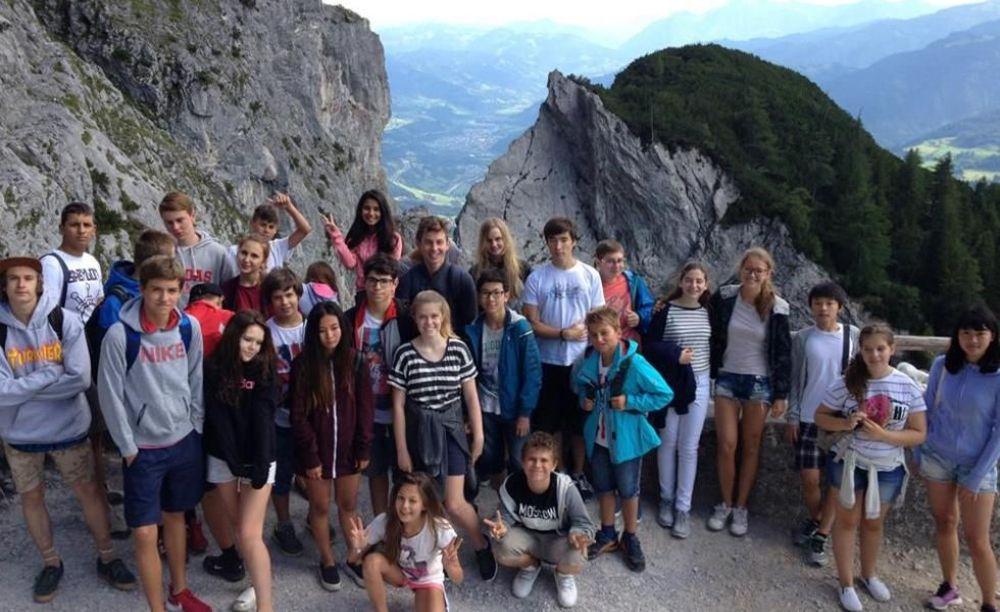 дети на экскурсии во время летних каникул в австрии
