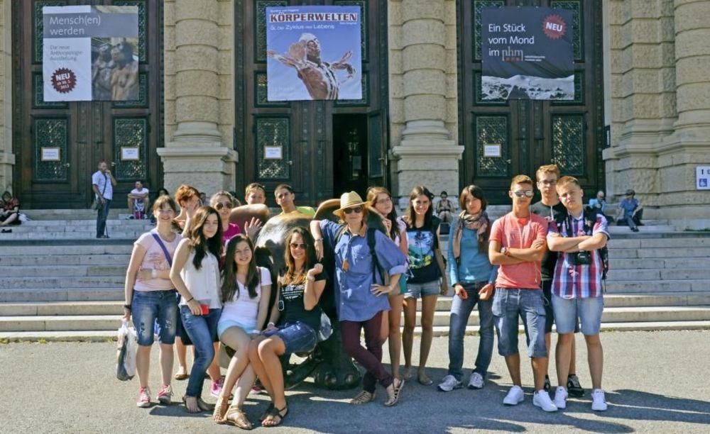 школьники на экскурсии в языковом лагере в австрии