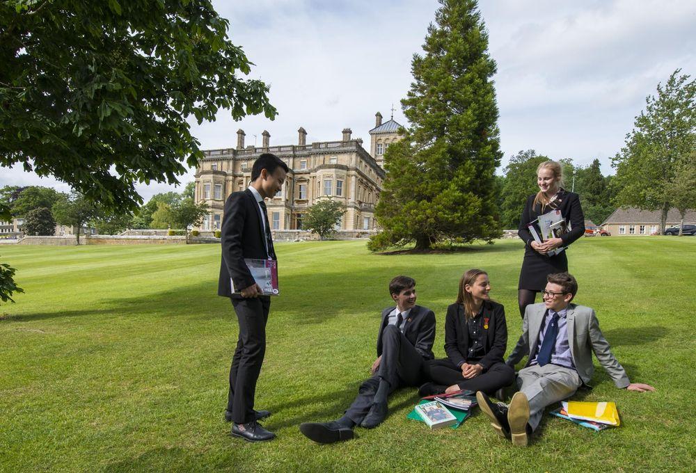 учащиеся на кампусе британской школы-пансиона