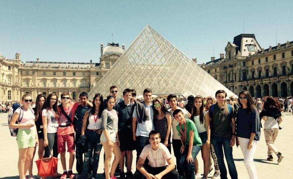 участники лагеря во Франции на экскурсии в Париже