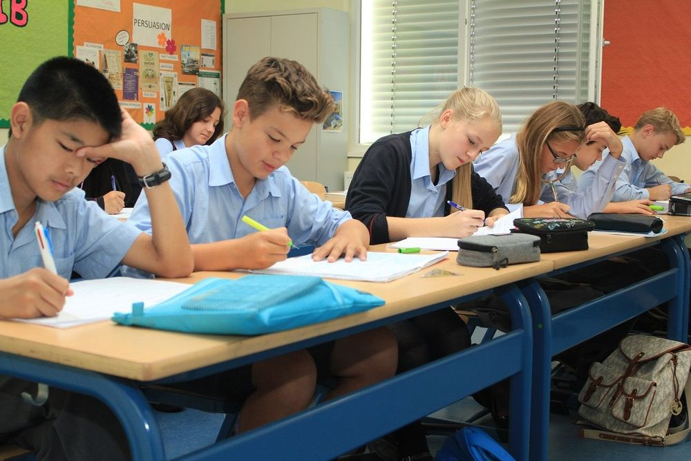 Студенты немецкой школы на занятиях
