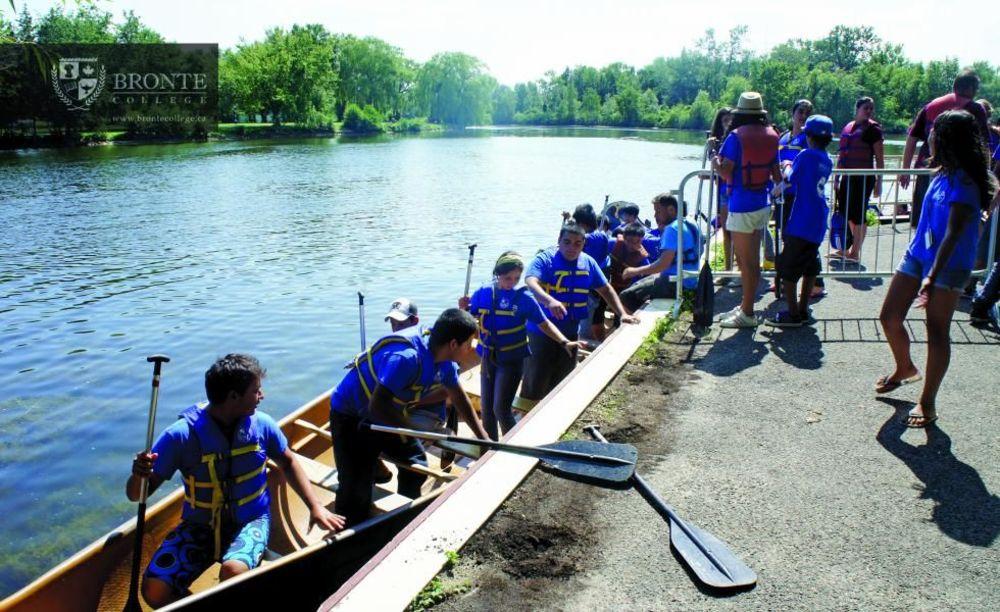 прогулка по реке в летнем лагере Bronte College