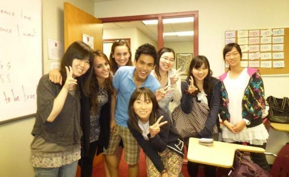 студенты в школе FLS Boston Commons