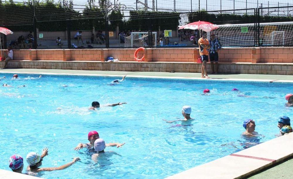 дети в бассейне в лагере Caxton College