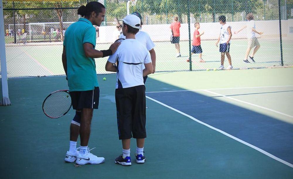 дети на уроке по теннису в лагере Caxton College