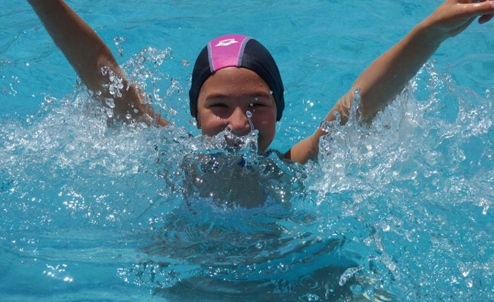 ребенок плавает в лагере Caxton College