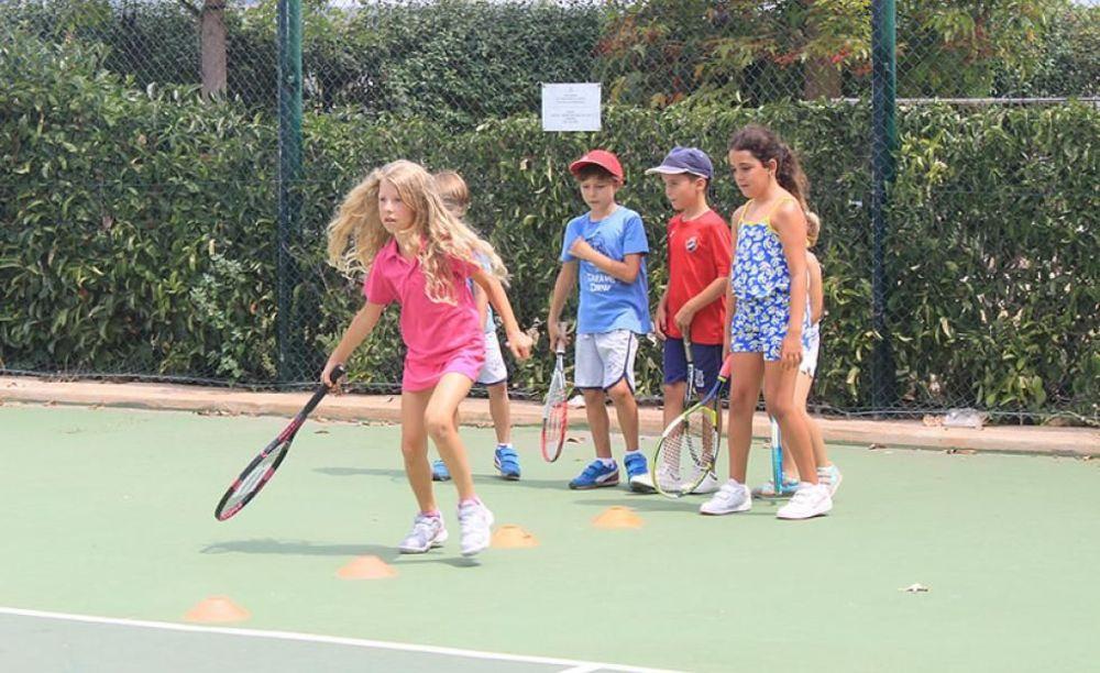 дети играют в теннис в лагере Caxton College