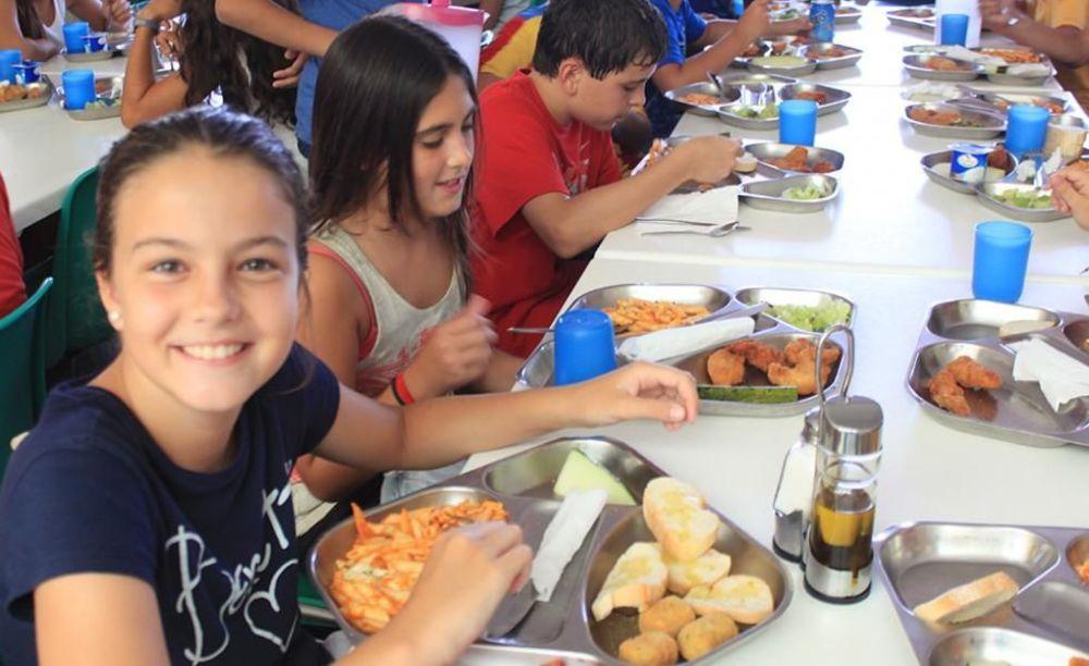 дети на обеде в лагере Caxton College
