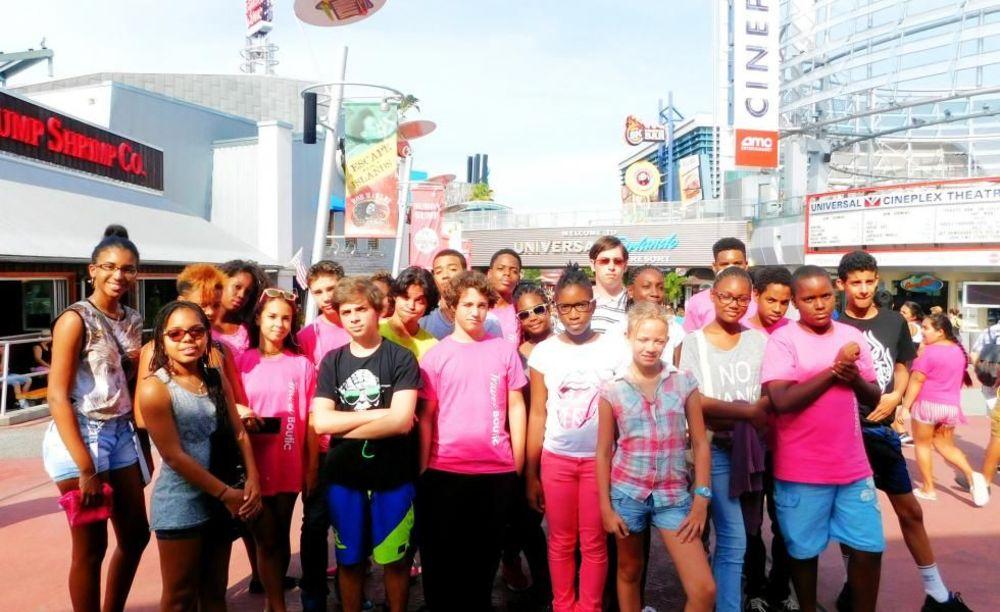 дети в лагере OHLA Miami на прогулке