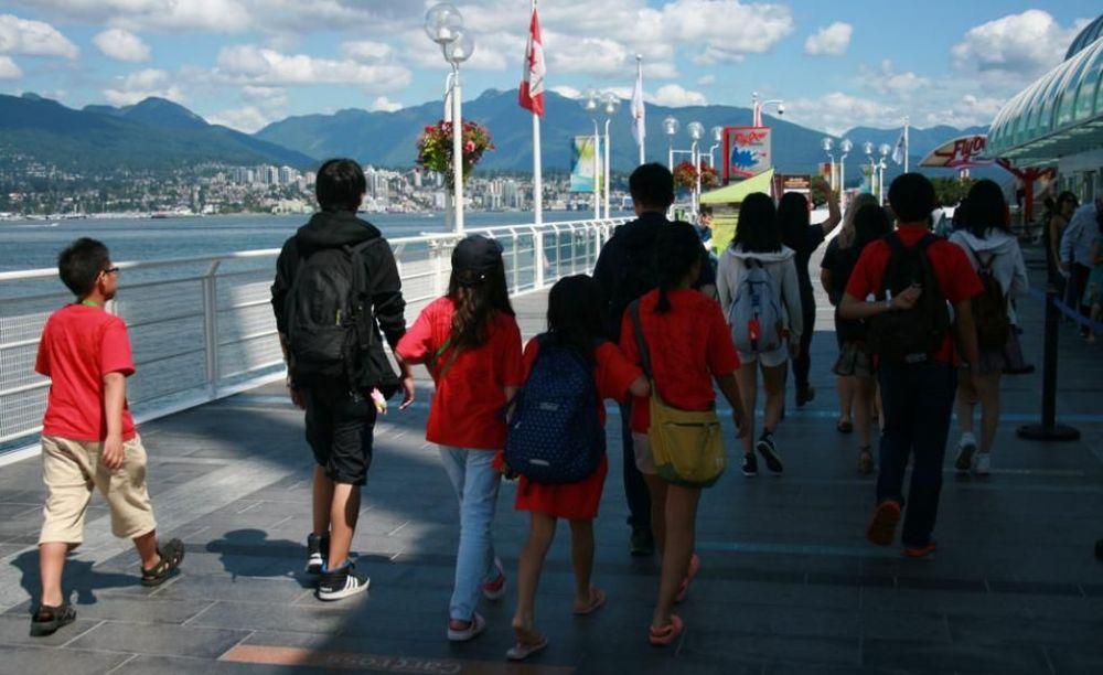 дети на прогулке в лагере в Ванкувере