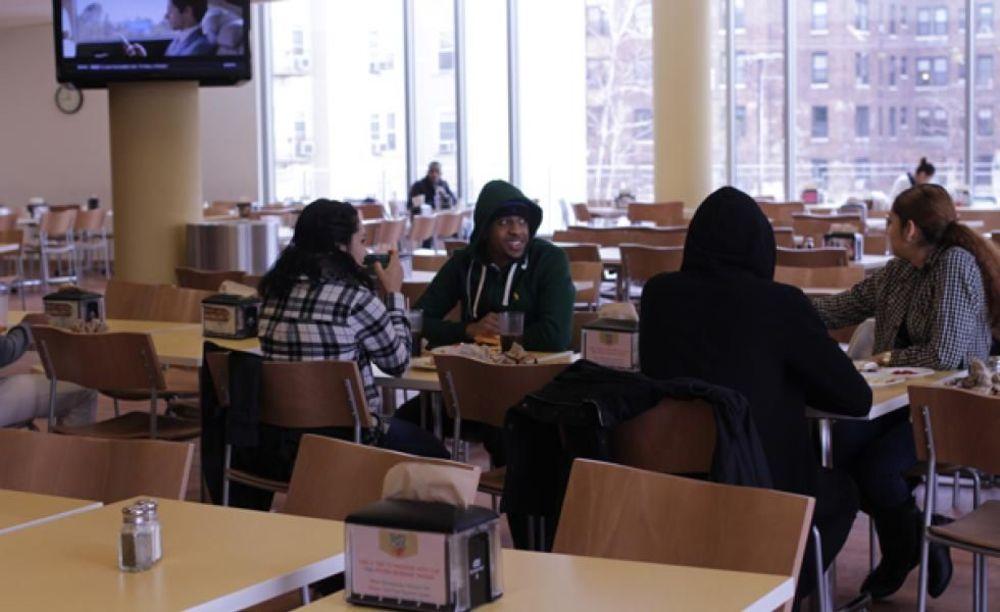 участники лагеря FLS в столовой Saint Peter's University