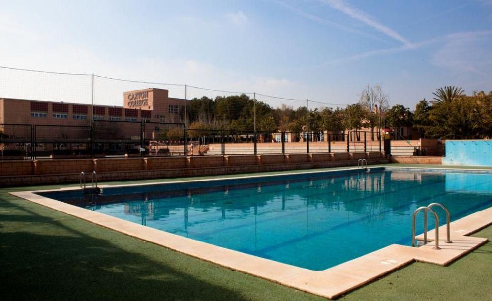бассейн на территории школы Caxton College