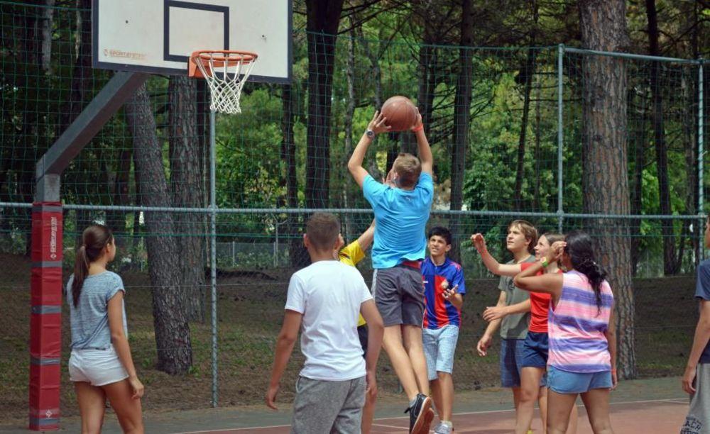дети на баскетбольной площадке Linguaviva Summer Camp, Lignano