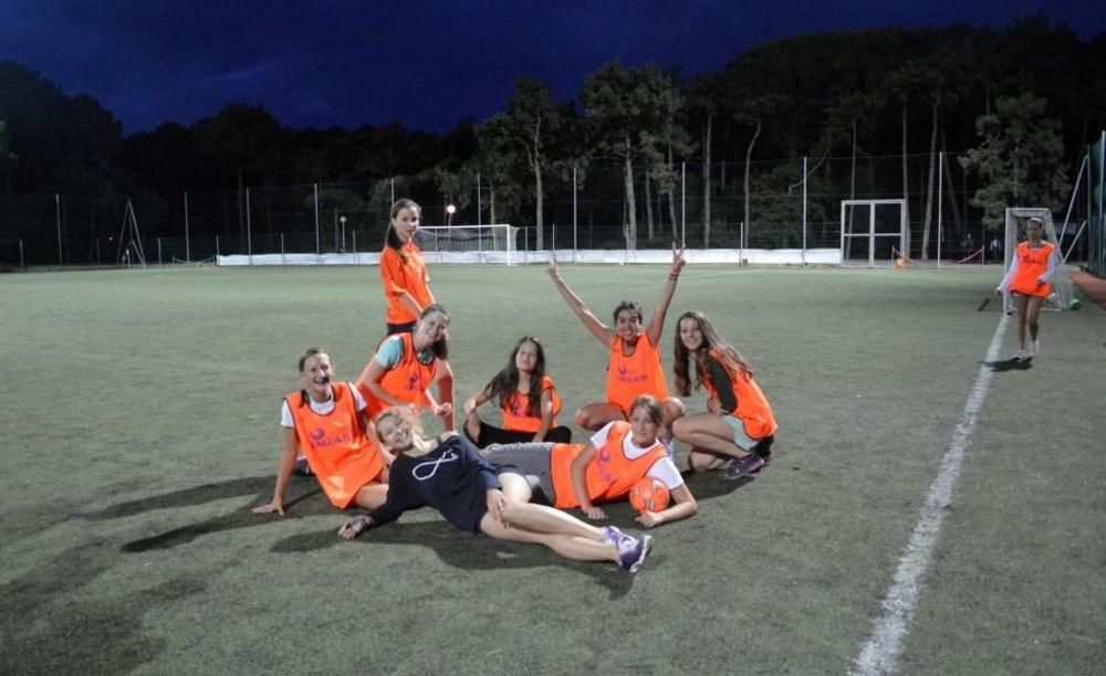 дети на споритвной площадке Linguaviva Summer Camp, Lignano