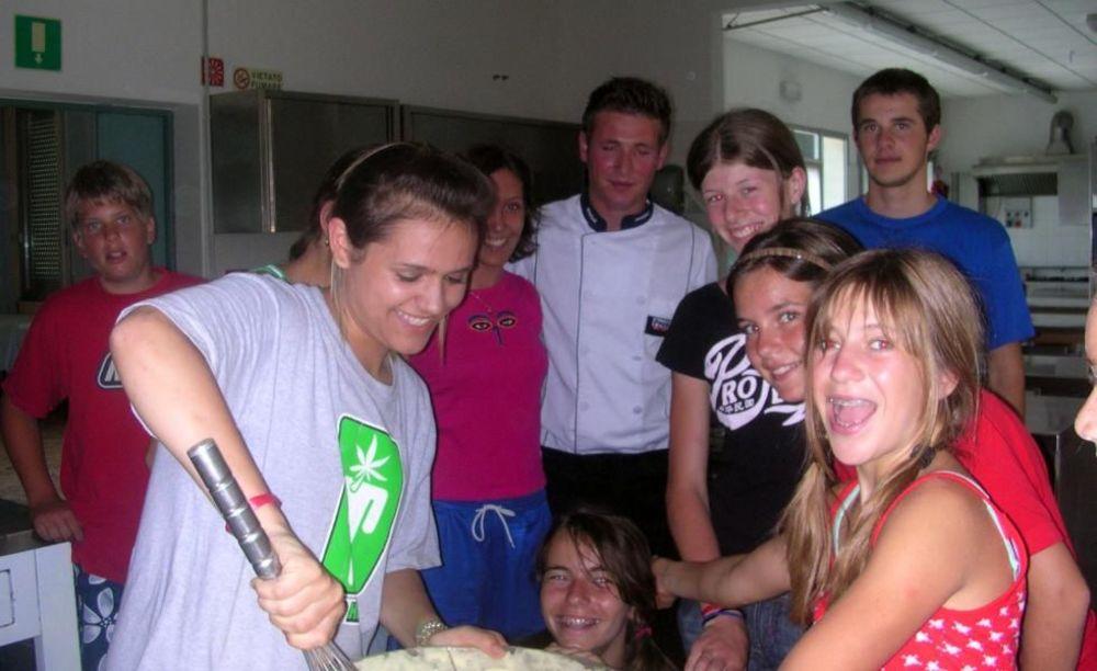 дети месят тесто Linguaviva Summer Camp, Lignano