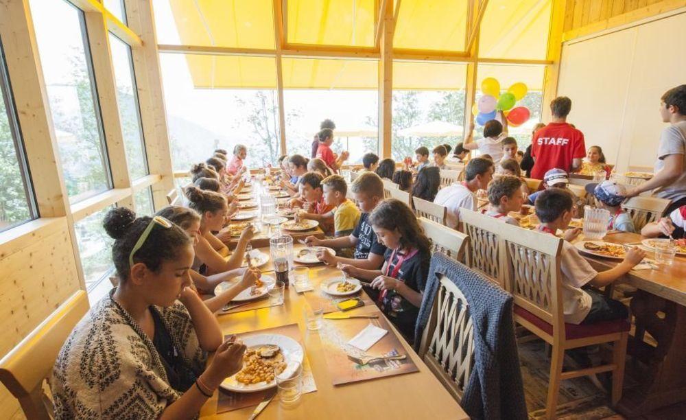 студенты в столовой Leysin, Alpadia Summer Camps