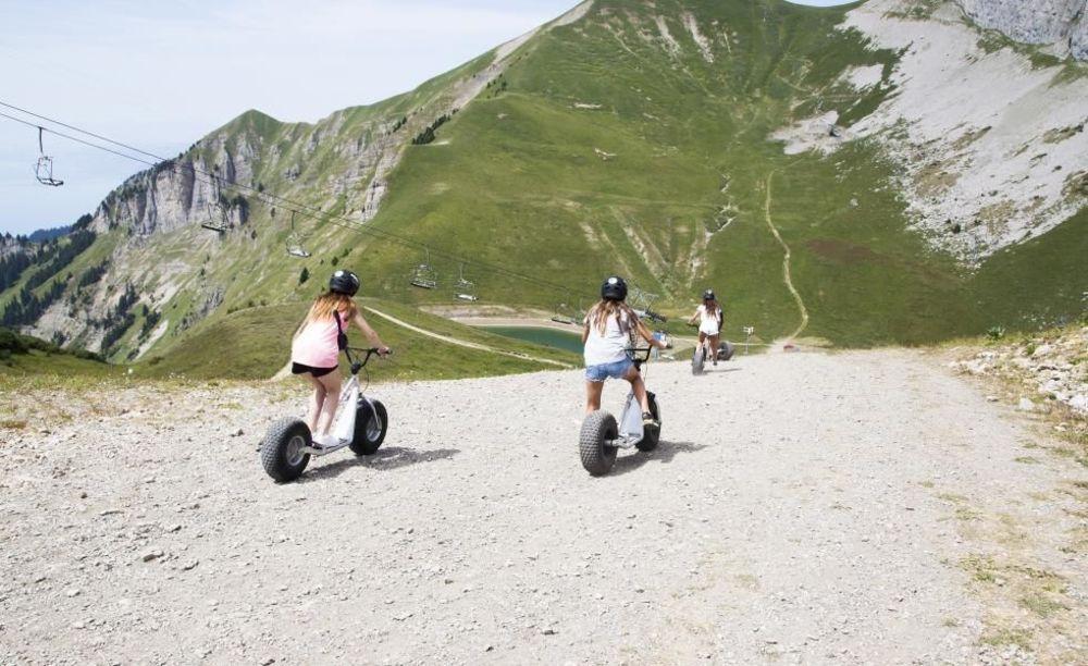 дети на прогулке Leysin, Alpadia Summer Camps