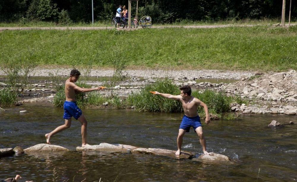 купание в реке в лагере Freiburg, Alpadia Summer Camps