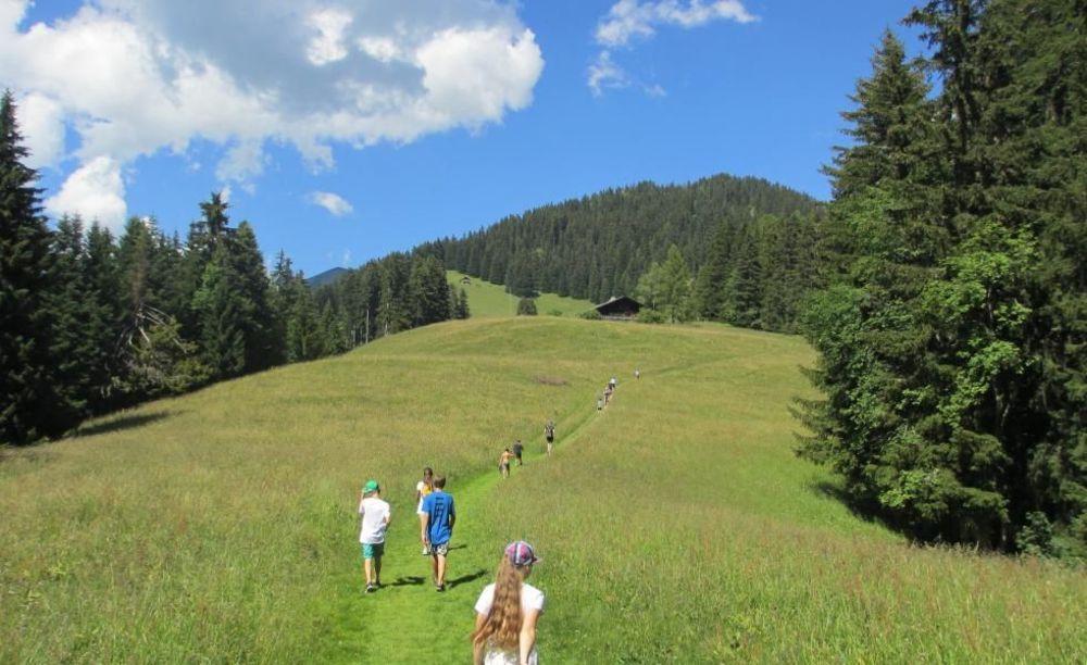 дети на прогулке Leysin, Alpadia Summer Campsи