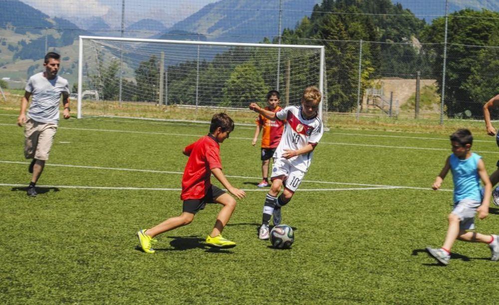 игра в футбол в лагере Leysin, Alpadia Summer Camps
