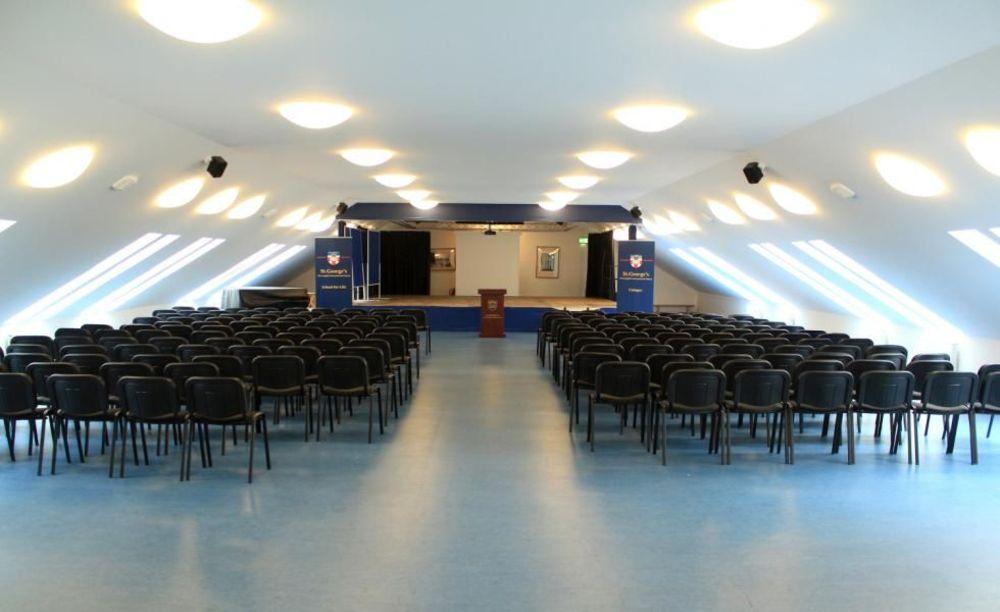 актовый зал в школе St. George's School Cologne