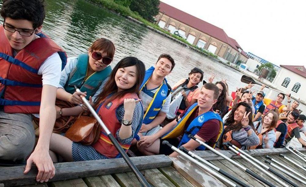 Студенты школы ILAC в Торонто прогулка по реке