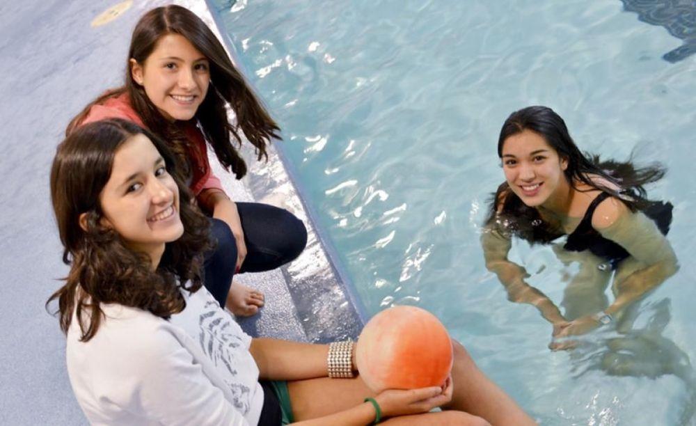 Bodwell High School Summer Programs девочки с бассейном