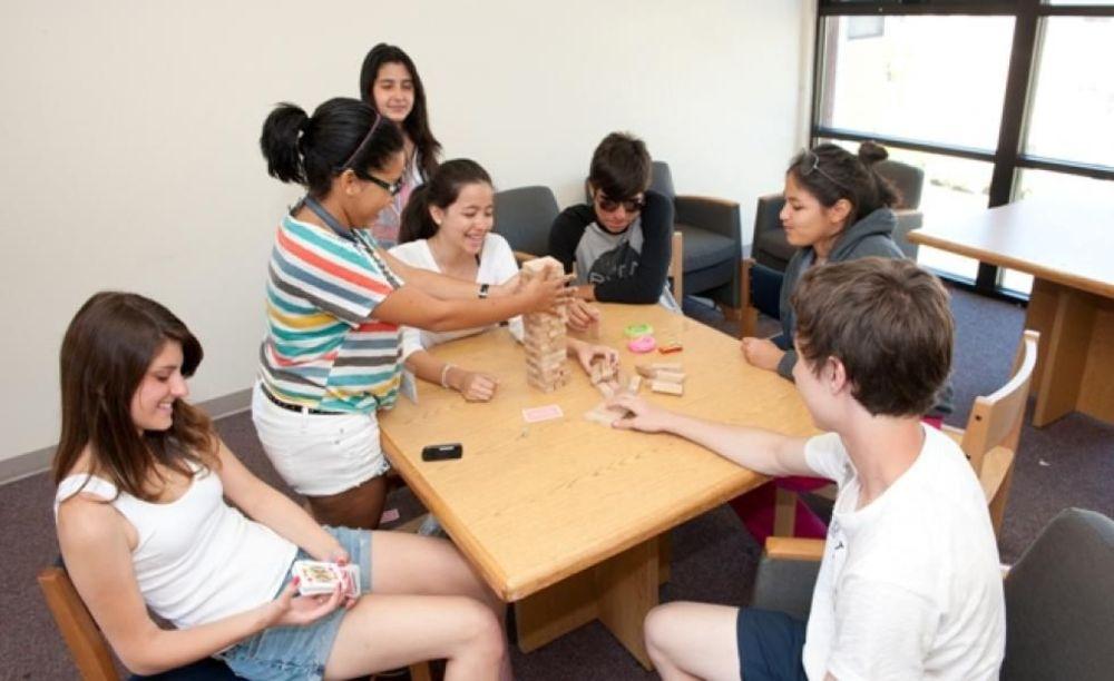 развлекательная программа в лагере St Giles на базе California State University, East Bay
