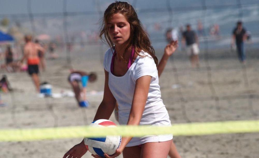 игра в волейбол в лагере FLS Citrus College