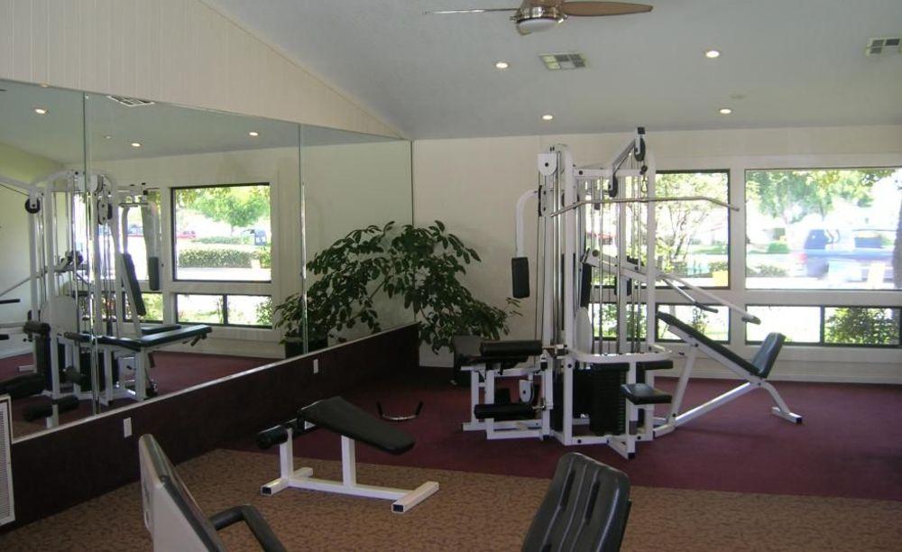 спортзал в доме принимающей семьи лагерь FLS Citrus College