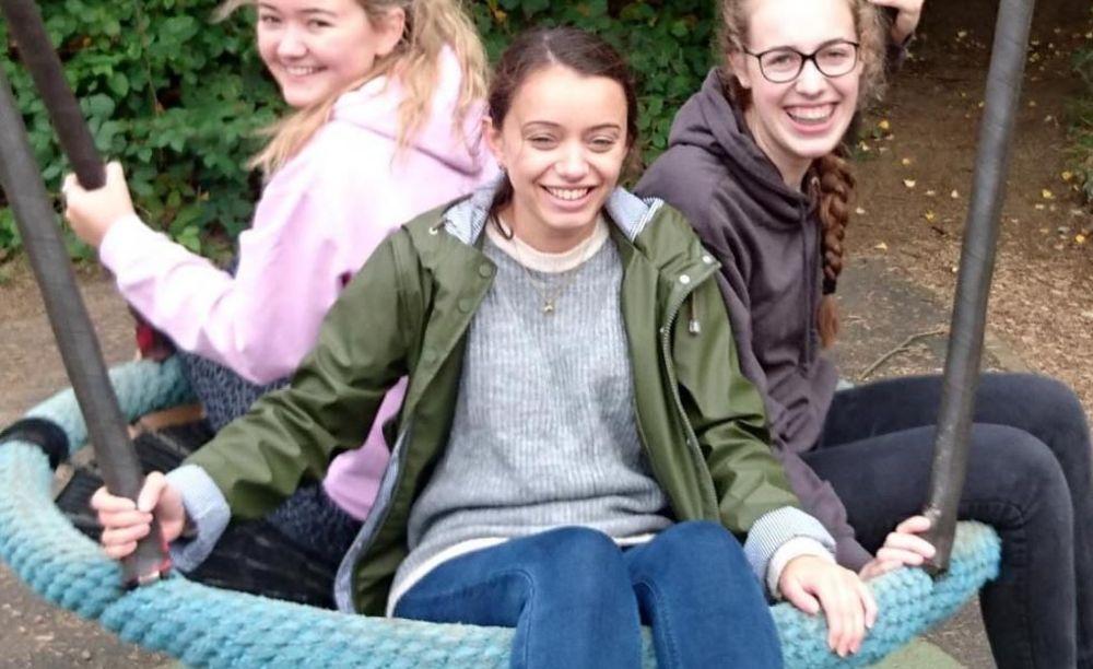 Три девочки катаются на качеле в лагере Cobham Hall Summer Camp