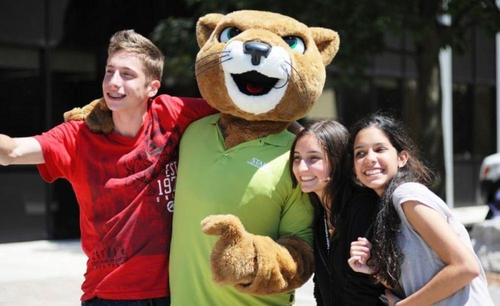 участники летнего лагеря Columbia International College с талисманом
