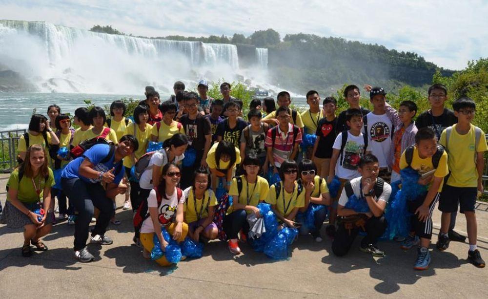 участники летнего лагеря Columbia International College у водопада