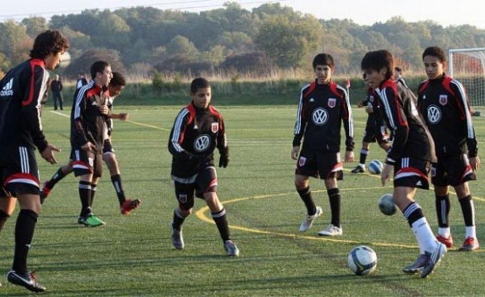 студенты играют в футбол в Calverton School