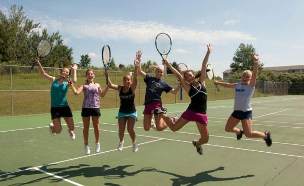 дети игают в теннис в лагере St John's International School Summer Camp