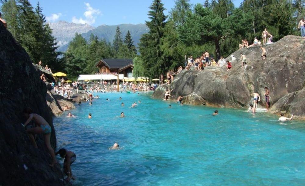 дети купаются в бассейне в школе Ecole Nouvelle de la Suisse Romande