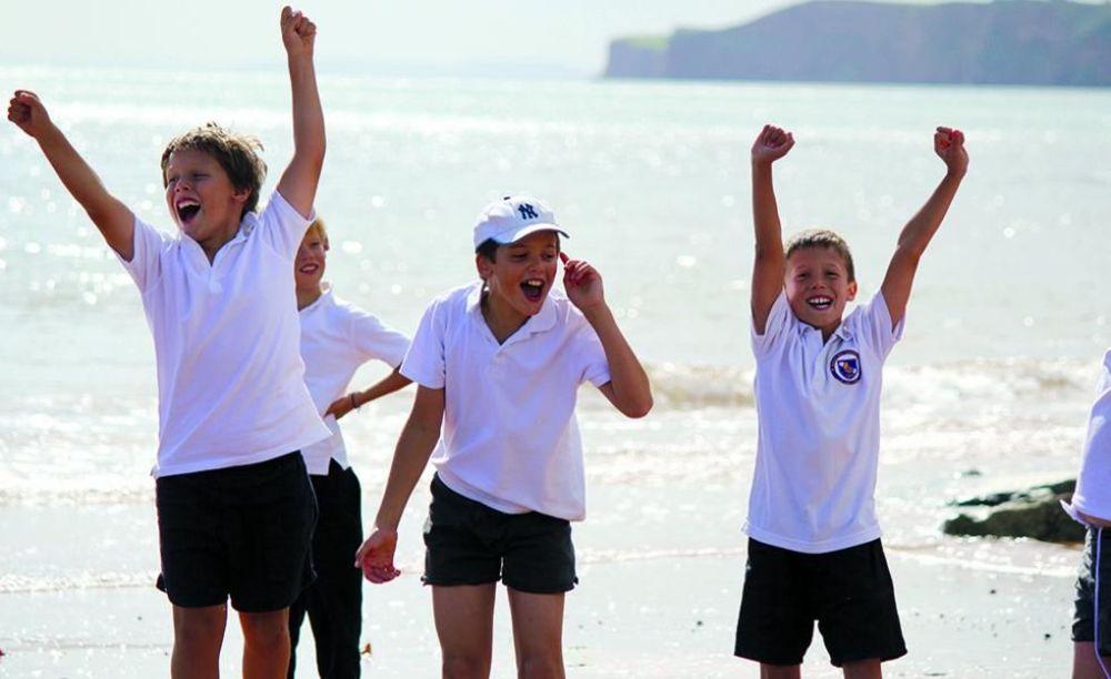 дети на прогулке в лагере St John's International School Summer Camp
