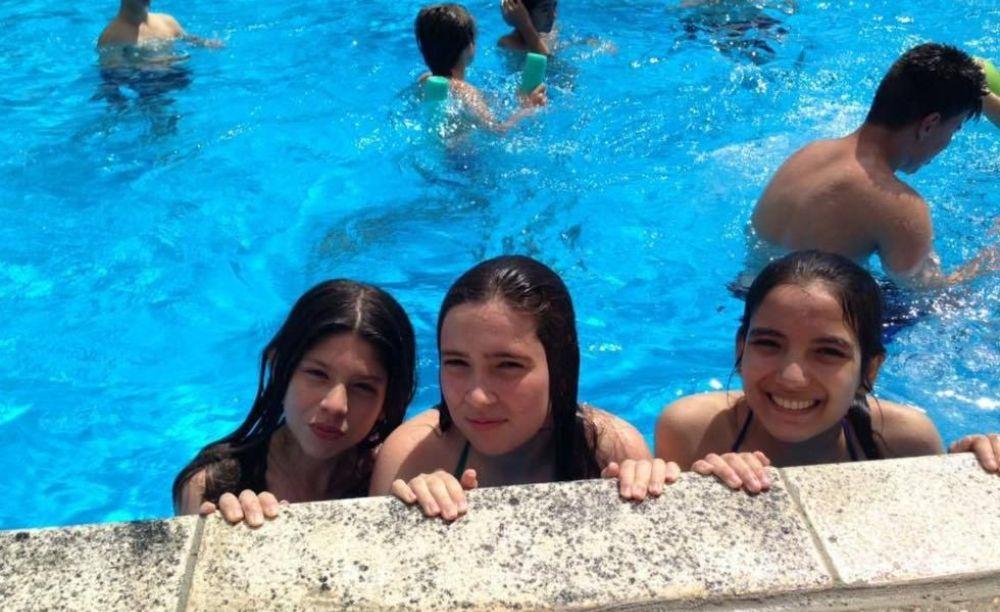 дети плавают в бассейне в лагере St John's International School Summer Camp