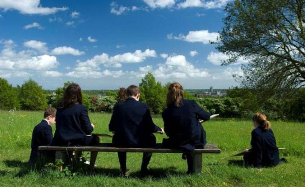 дети после уроков в школе Kent College Canterbury
