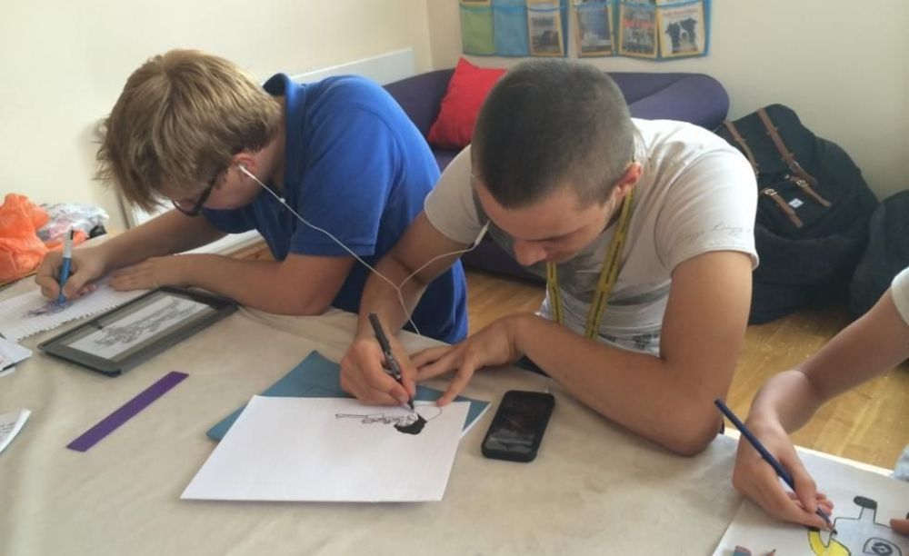дети рисуют в London Tutorial College