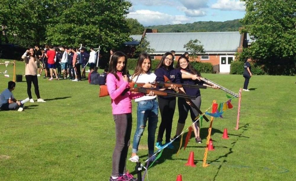 дети участвуют в мероприятиях лагеря St John's International School Summer Camp