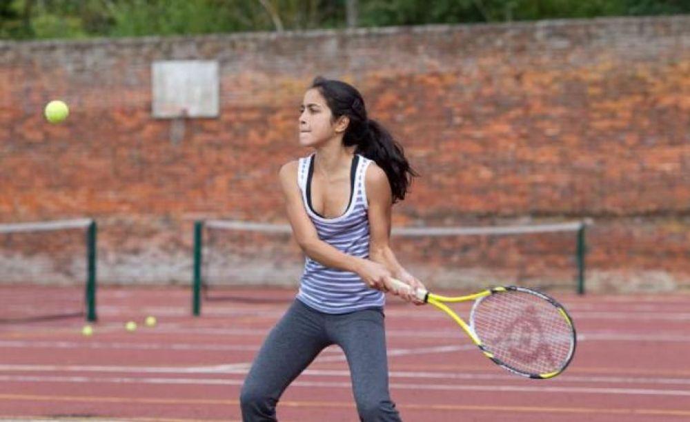 девочка играет в теннис в лагере Cobham Hall Summer Camp
