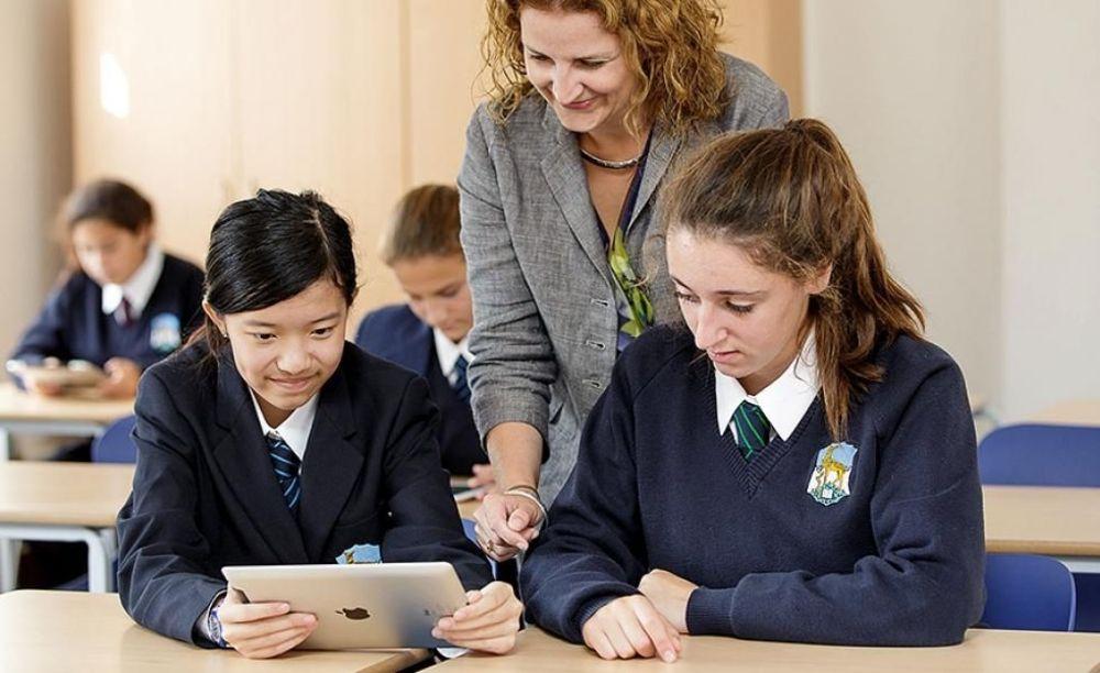 девочки на уроках в Roedean School