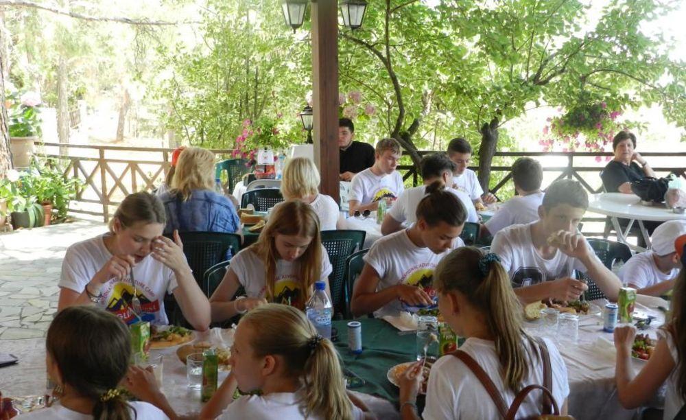 Студенты программы UNIQuest обедают в кафетерии университета